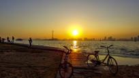 城市中的人们闲时看日落