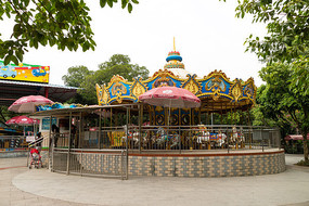 儿童公园旋转木马