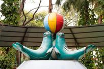 海狗顶球雕塑