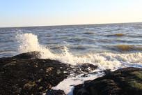 浪花拍击礁石
