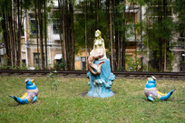 美人鱼和海象卡通雕像