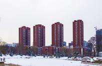 孟泰公园红色高层建筑初春雪景