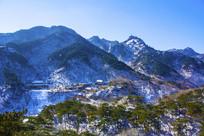 千山灵岩寺全景与弥勒宝塔山峰春季雪景