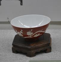 文物清乾隆款矾红地白梅花碗