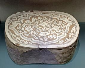白釉剔缠枝花卉纹腰圆形枕
