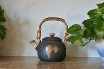 残叶花纹灰色提梁茶壶