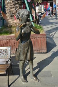 雕塑吹笛子的女孩