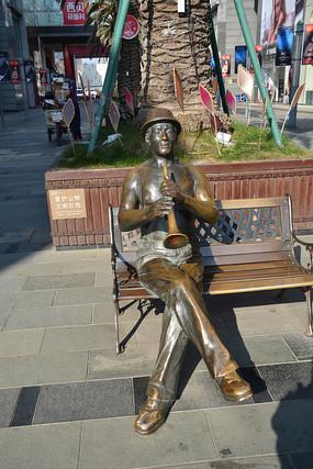 雕塑吹喇叭男子