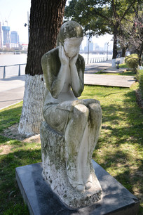 雕塑读书女孩