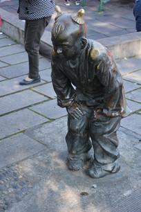 雕塑古代男童