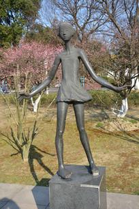 雕塑跳舞的女孩
