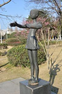 雕塑指挥的女孩