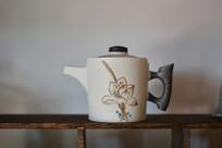 荷花纹白釉茶壶