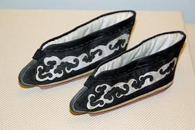 黑地绣灵芝纹小脚鞋
