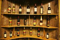 酒窖的红酒展示柜