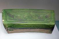 绿釉刻花墙纹枕