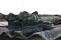 屋顶上的解放鞋