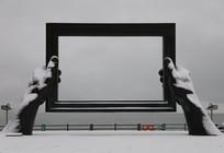 雪后海滨的雕塑建筑