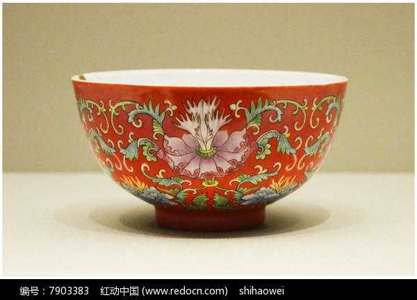清雍正红地粉彩花卉纹碗