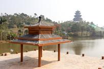 湖岸的仿古木凉亭