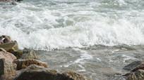 拍打礁石的海水