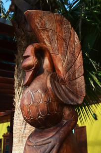 一只鸭形态的木雕刻品