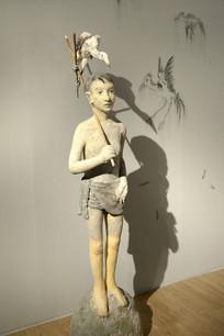 雕塑男孩与秃鹫