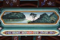 古建彩绘湖岸绿树