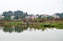 湖边的村庄风景图片