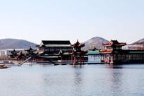 湖中的传统建筑