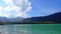 蓝天下的湖面