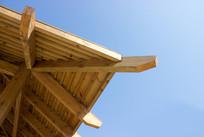 蓝天下的木屋檐
