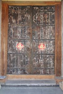 乳钉纹木板大门