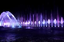 漂亮的彩色喷泉