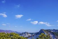 千山山峰山脉与蓝天白云