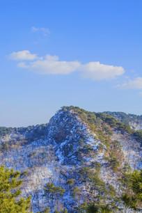 千山山峰与蓝天白云
