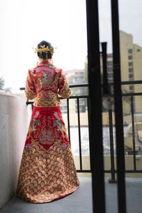 远眺的新娘背影