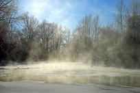 不冻河晨雾景观
