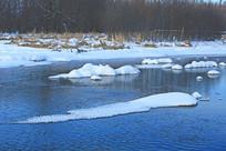 冬季河流雪包