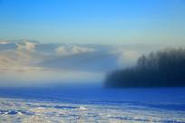冬季山林晨雾
