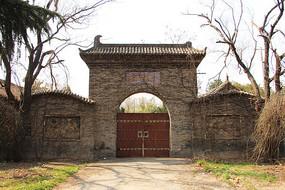 古旧废弃的庄园正门
