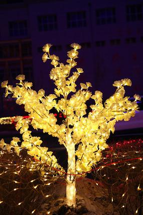 金黄色的树状彩灯