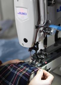 工厂里缝纫机制作衣服