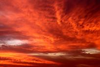 霞光映红的天空图片