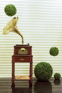 唱片机和四个绿色圆球