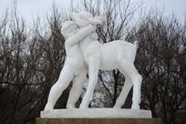 雕塑男孩与小鹿