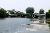 湖面上的石拱桥
