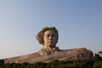 青年毛主席石像