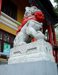 围红绸带石狮