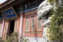 西安广仁寺牌匾旁的石狮子